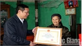 Bí thư Huyện ủy Nghiêm Xuân Hưởng chúc Tết các đơn vị và tặng quà người cao tuổi
