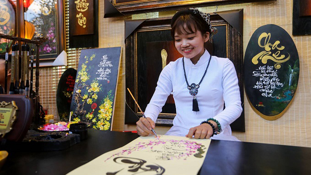 ​Writings and drawings draw thousands to a Saigon street