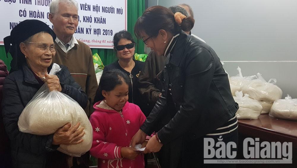TP Bắc Giang tặng gạo hội viên mù hoàn cảnh khó khăn, quà tết