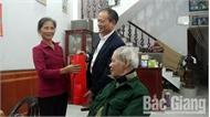 Đồng chí Lại Thanh Sơn thăm, chúc Tết người có công tiêu biểu huyện Hiệp Hòa