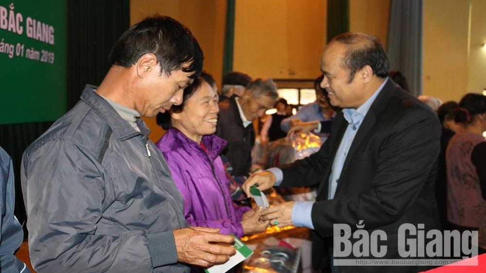 Chủ tịch UBND tỉnh Nguyễn Văn Linh tặng quà Tết tại huyện Tân Yên
