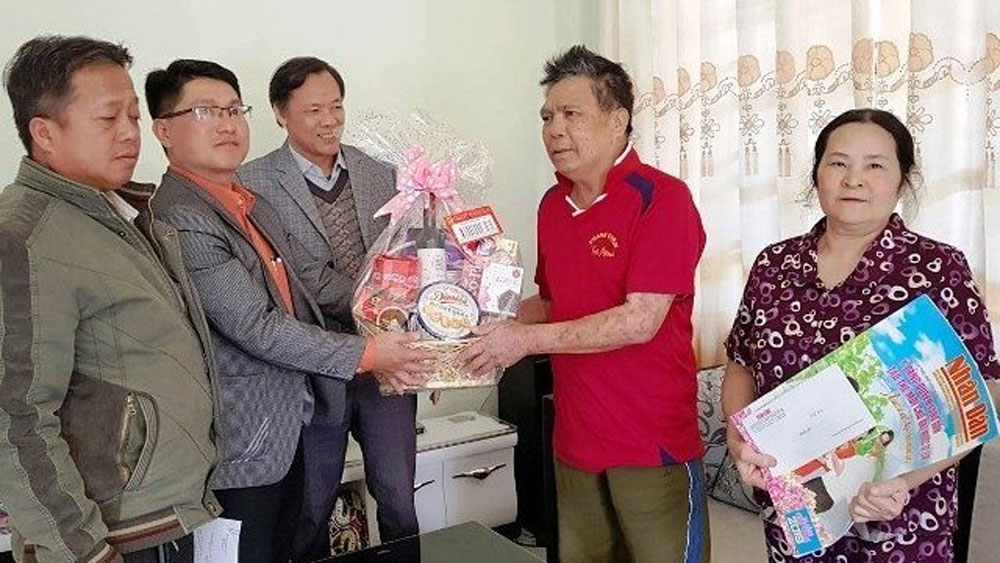 Tet gifts presented to policy beneficiaries nationwide