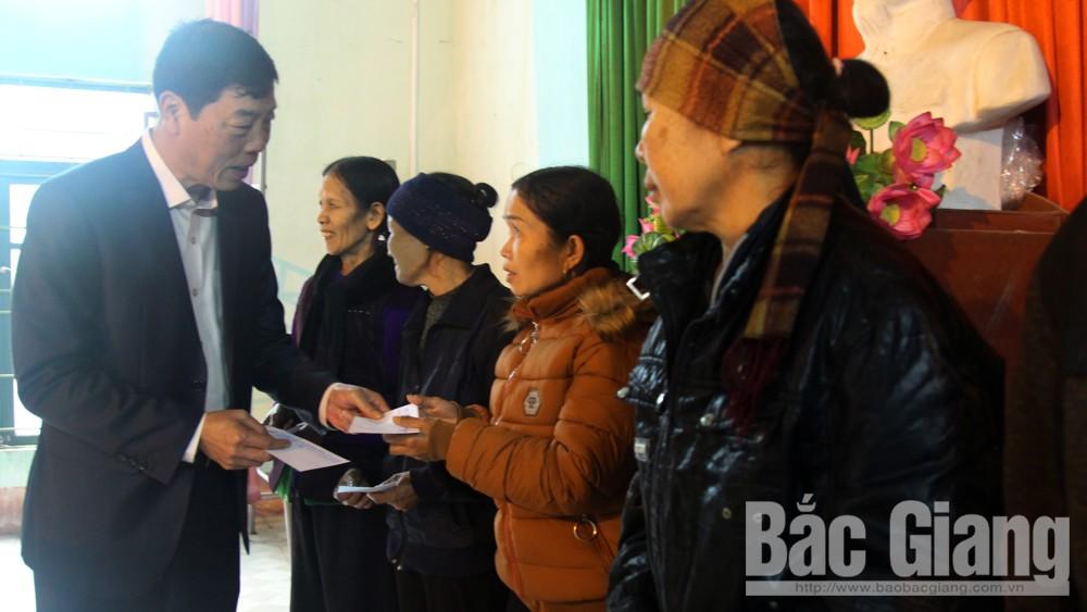 Bí thư Tỉnh ủy Bùi Văn Hải tặng quà người nghèo xã Tân Liễu (Yên Dũng)