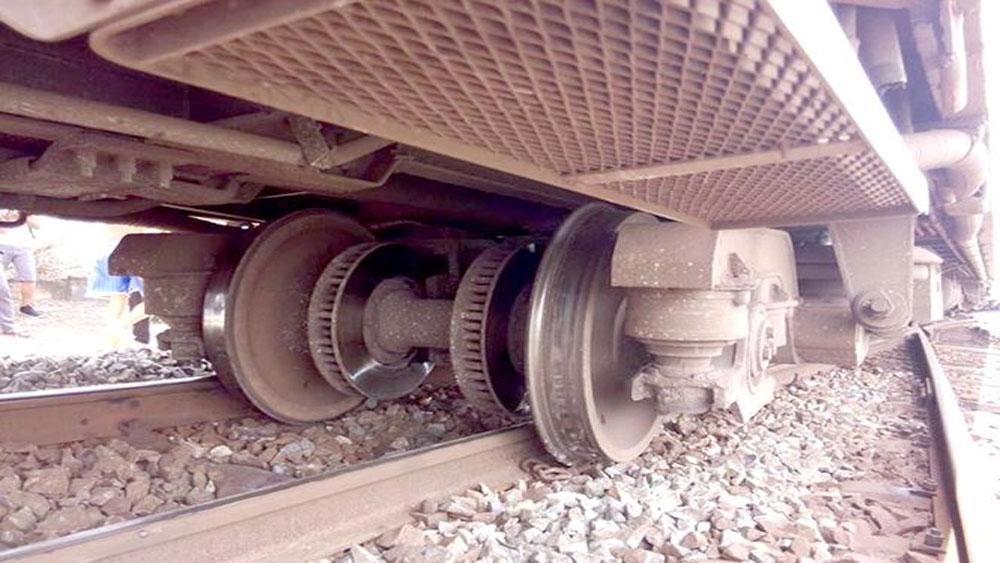 Tàu khách SE1 trật bánh, đường sắt Bắc - Nam tê liệt