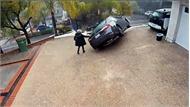 Quên kéo phanh tay, nữ tài xế bất lực chạy theo Lexus ES lao dốc