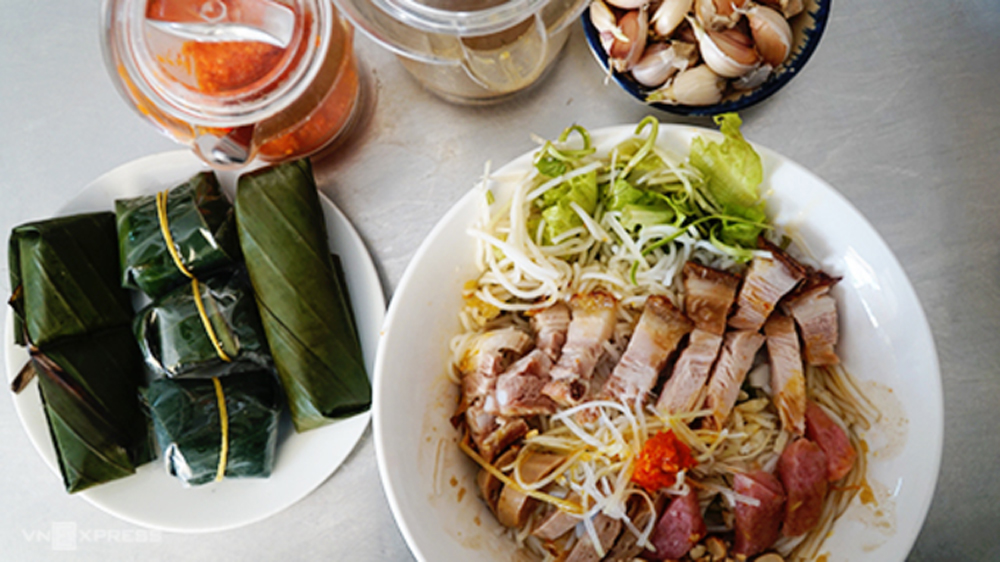 Vietnamese gumbo, Da Nang city, signature dish, dizzying array of ingredients, Fermented anchovy sauce, popular dipping sauce, fermented pork sausage