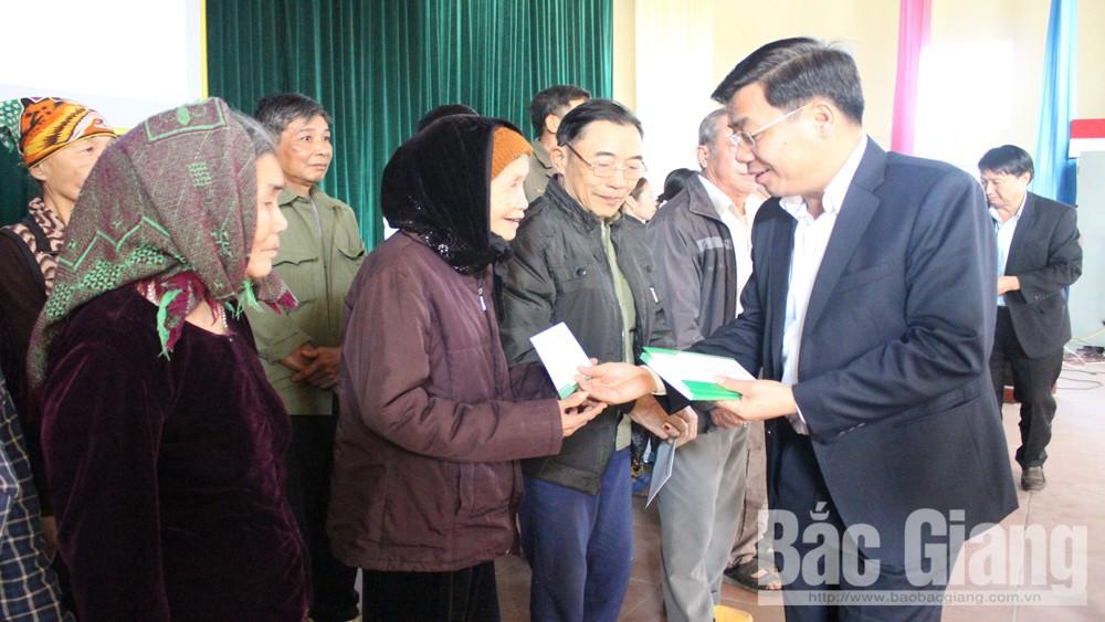 Các đồng chí lãnh đạo tỉnh trao 850 suất quà Tết cho hộ nghèo huyện Lục Nam