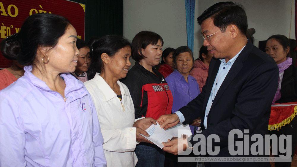 Phó Chủ tịch UBND tỉnh Dương Văn Thái tặng quà Tết hộ nghèo huyện Tân Yên