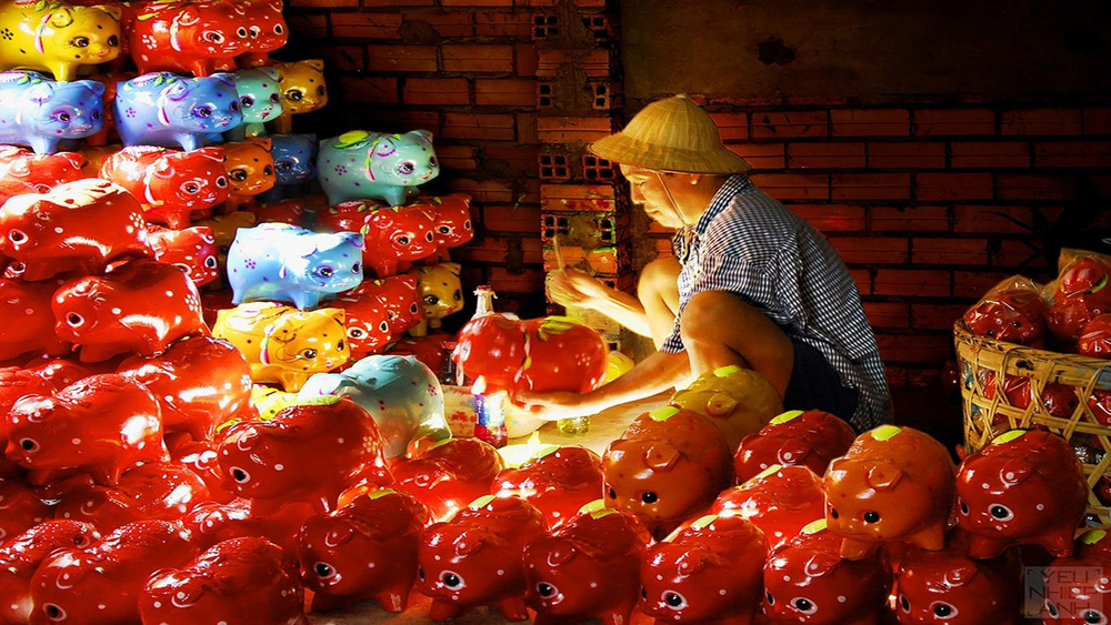 Take a nostalgic visit to a craft village that makes piggy banks
