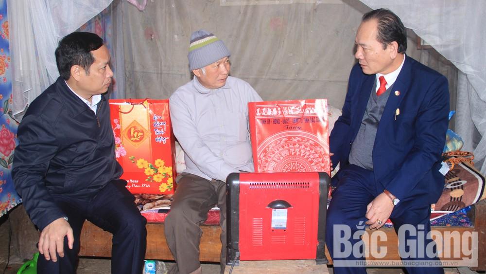 Đồng chí Trần Công Thắng, Chủ tịch Ủy ban MTTQ tỉnh tặng quà, chúc Tết tại huyện Sơn Động