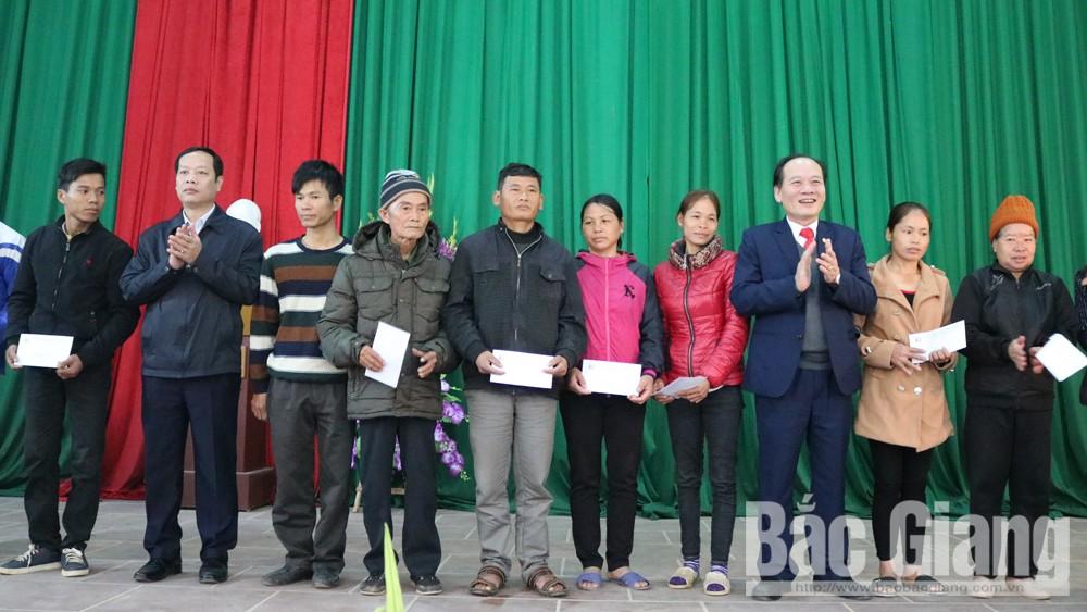Đồng chí Trần Công Thắng, Chủ tịch Ủy ban MTTQ tỉnh, tặng quà, chúc Tết bà con huyện Sơn Động