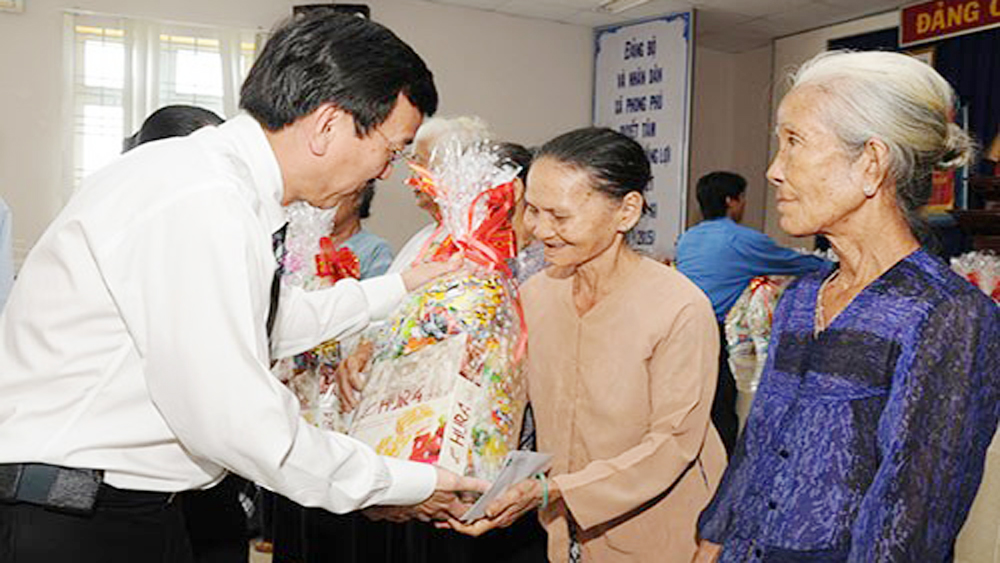 Poor families in central provinces receive support ahead of Tet