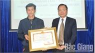 Chủ tịch UBND tỉnh tặng Bằng khen cho thầy giáo dũng cảm cứu người