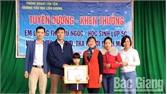Chủ tịch UBND huyện Tân Yên tặng Giấy khen cho em Lương Thị Như Ngọc