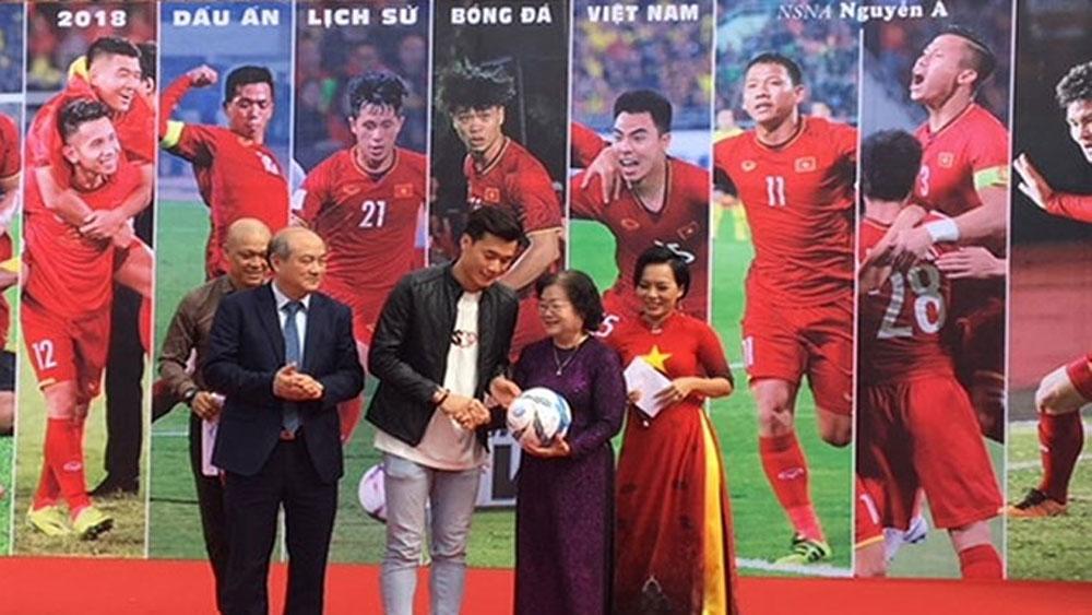 Chuyển chiếc áo và quả bóng có chữ ký của các cầu thủ Đội tuyển Bóng đá Việt Nam tới Quỹ học bổng Vừ A Dính