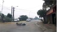 Nam thanh niên đi xe máy ngã văng vì chó thả rông bất ngờ lao sang đường