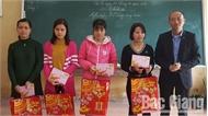 Tặng quà giáo viên và học sinh hoàn cảnh khó khăn