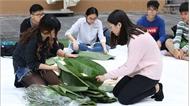 Giới trẻ Hà Nội hào hứng gói bánh chưng hỗ trợ người khó khăn
