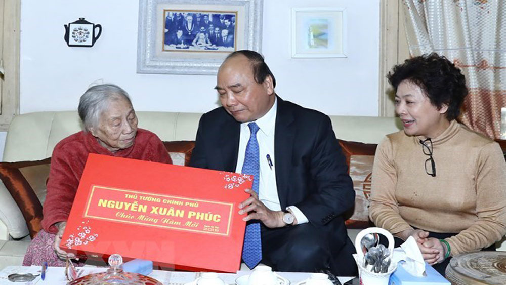 PM Nguyen Xuan Phuc visits former leaders