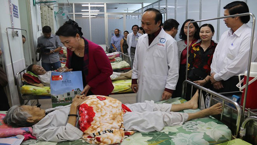 NA leader, Tet visit, Tien Giang's police, medical workers, Nguyen Thi Kim Ngan, New Year wishes, better treatment and care