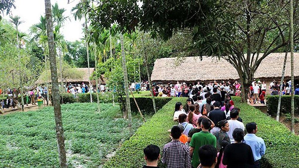 Người dân mọi miền Tổ quốc về thăm quê Bác trong ngày đầu năm mới
