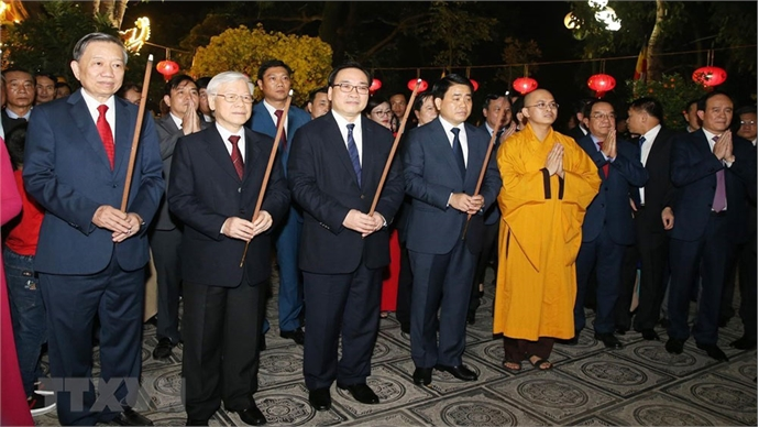 Party, State leader pays Tet visits to officers, people in Hanoi