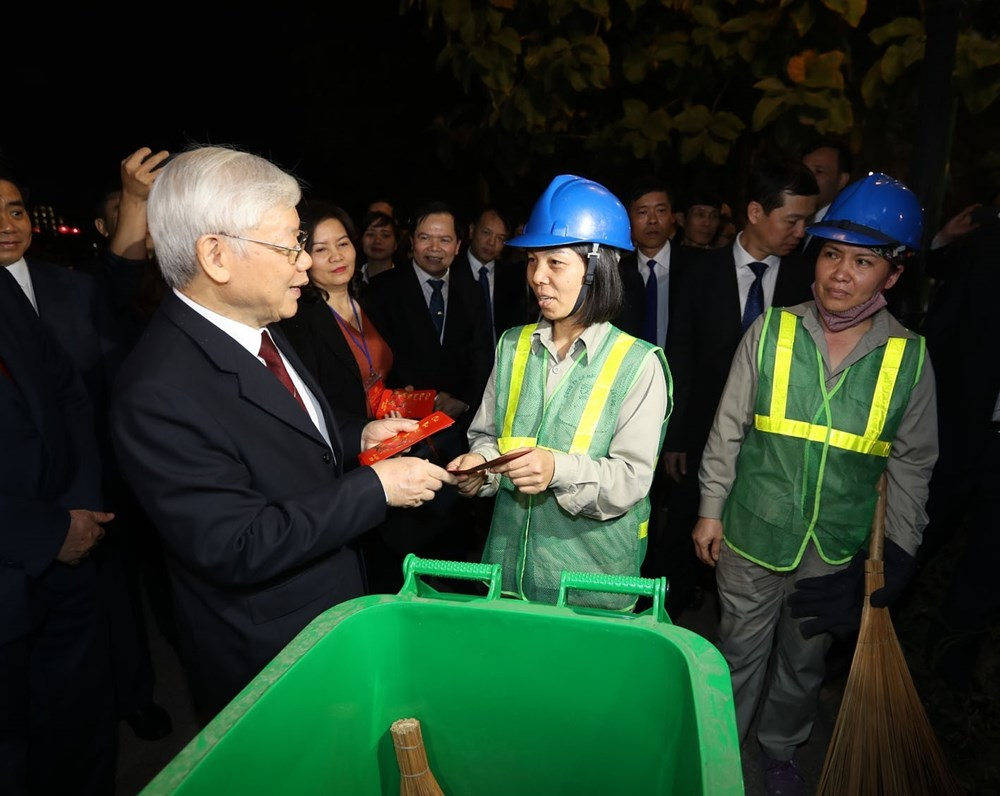 Party, State leader, Tet visits, officers and people, Hanoi,  Tran Quoc pagoda,  New Year visits, Nguyen Phu Trong