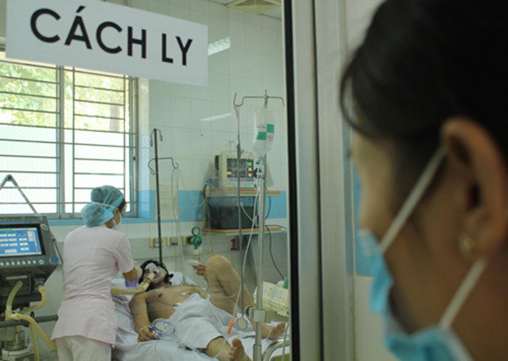 2 bệnh nhân viêm phổi nặng, nghi lây từ cúm gà,