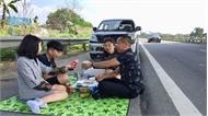 """""""Mở tiệc"""" trên cao tốc, tài xế bị phạt tiền, tước giấy phép lái xe 2 tháng"""