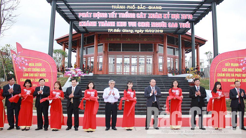 Các đồng chí lãnh đạo, nguyên lãnh đạo tỉnh, TP Bắc Giang cắt băng khánh thành khu vui chơi dành cho người cao tuổi.
