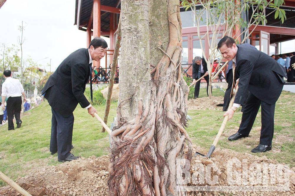 Các đồng chí: Bùi Văn Hải, Bí thư Tỉnh ủy; Dương Văn Trọng, Nguyên Phó Bí thư Thường trực Tỉnh ủy, Chủ tịch Hội Người cao tuổi tỉnh trồng cây tại lễ phát động.