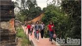 Du khách tham quan, vãn cảnh chùa Bổ Đà tăng cao