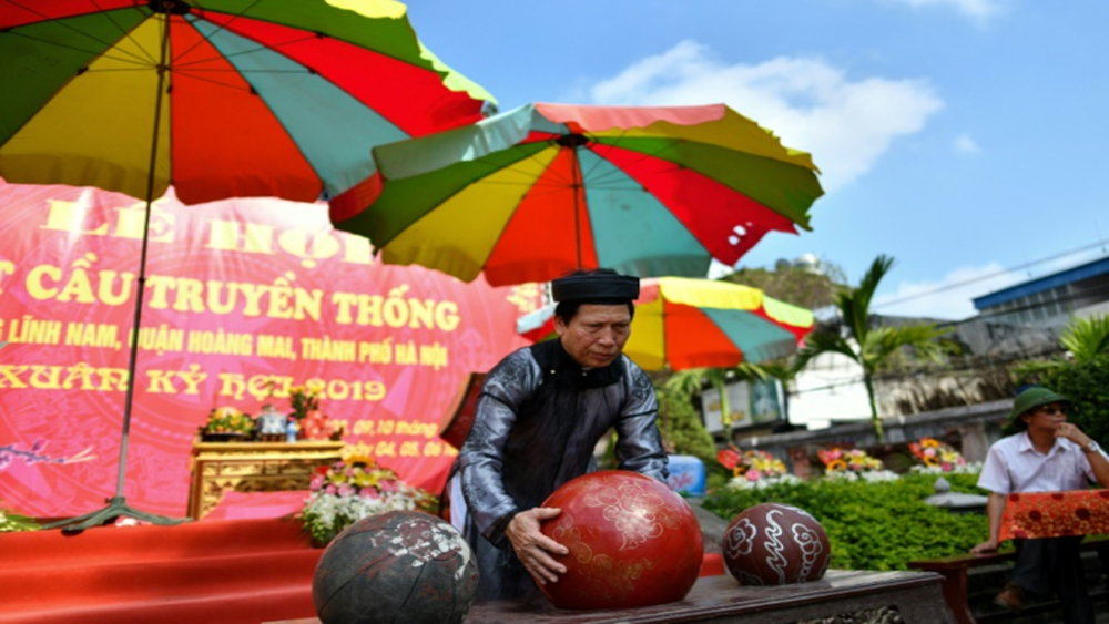 Wrestling for glory at Vietnam's 'Vat Cau' festival