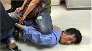 Kẻ ngáo đá mang súng giả xông vào sân bay Tân Sơn Nhất