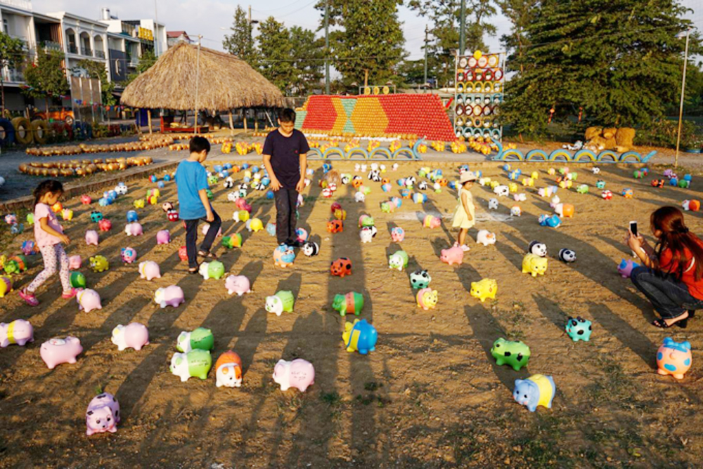 Welcome Tet, thousands of piggybanks, Dong Nai park, Lunar New Year holiday, colorful piggybanks, amusement park