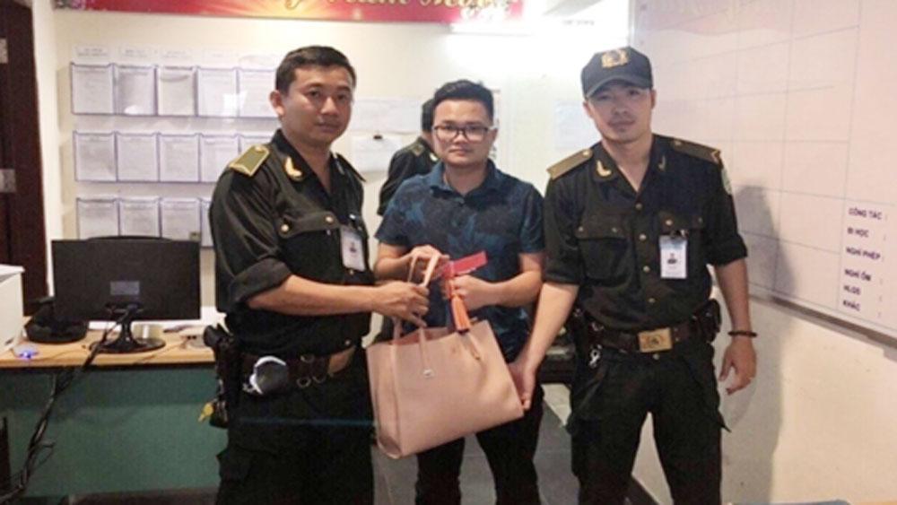 """""""Cầm nhầm"""" túi xách có hơn 60 triệu của hành khách tại sân bay Đà Nẵng"""