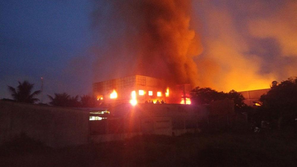 Khống chế vụ cháy tại công ty sản xuất đồ gỗ ở Bình Dương
