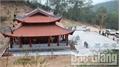 Dựng cây nêu chuẩn bị cho khai hội đền Thần Nông