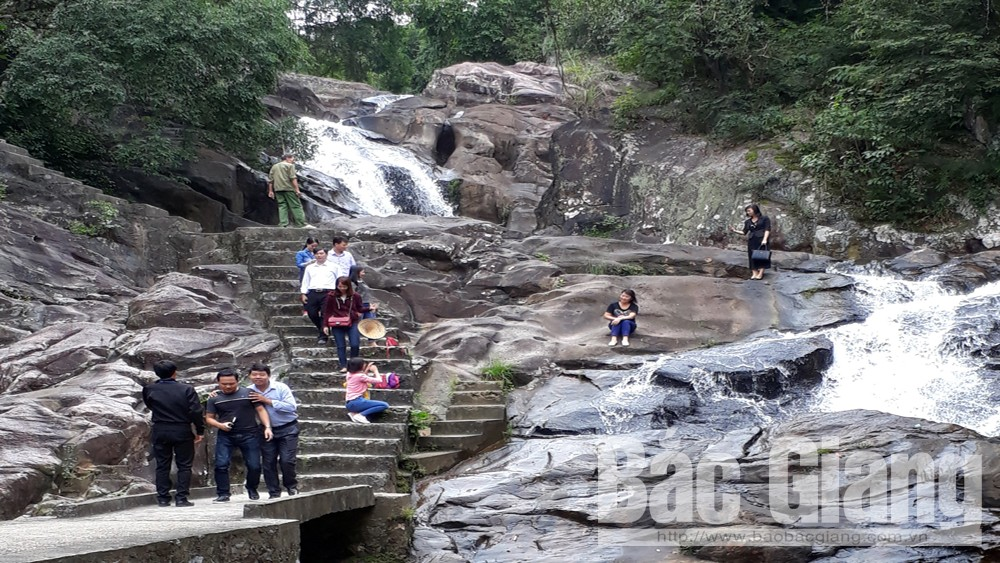 Luc Nam district, Bac Giang province, dramatic increase, number of tourists, Suoi Mo tourism site, eco-tourism site, Tet occasion, tourism promotion