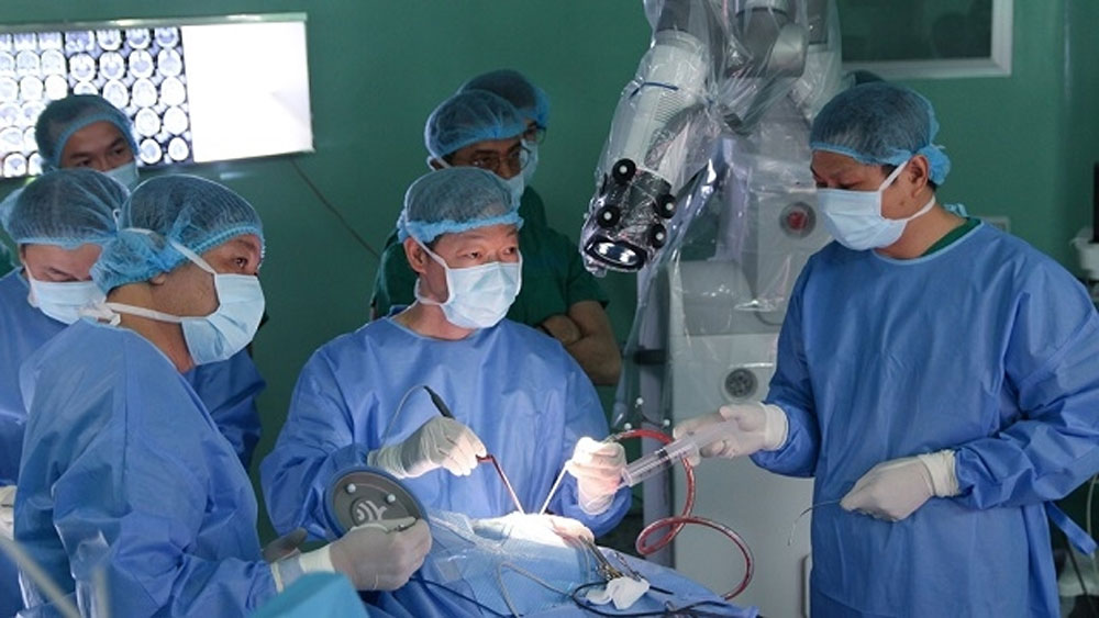 Lần đầu tiên tại châu Á: Bệnh viện Nhân Dân 115 mổ u não thành công bằng robot