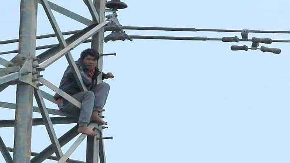 Người đàn ông ngáo đá, trèo lên cột điện cao thế, ngủ qua đêm