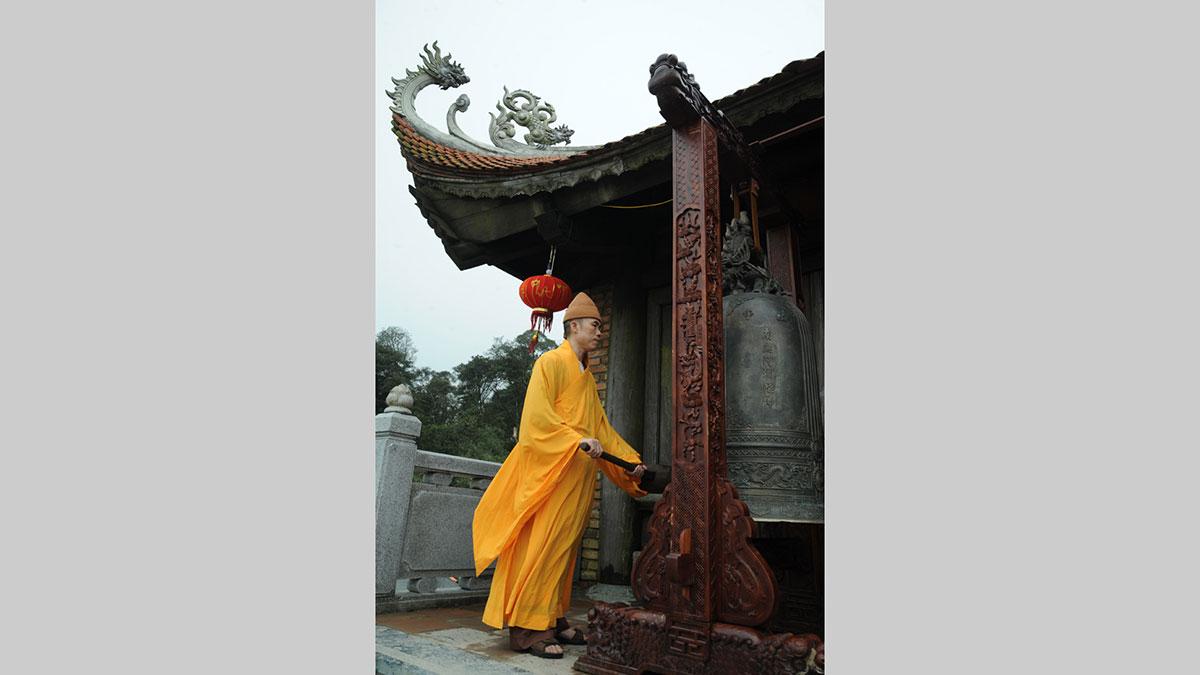 Tác phẩm: Tiếng chuông đánh thức núi rừng Tây Yên Tử. Tác giả: Việt Hưng.