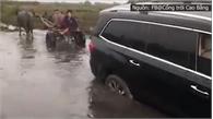 Xe trâu giải cứu ô tô hạng sang thoát khỏi đường lầy