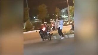 Chàng trai bế người yêu lên xe máy bắt ôm khi cô nàng giận dỗi