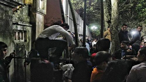 Tái diễn cảnh ném tiền lẻ vào kiệu, trèo rào tại Lễ hội đền Trần