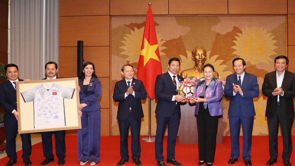 Chủ tịch Quốc hội Nguyễn Thị Kim Ngân trao quà tặng doanh nghiệp có những đóng góp hỗ trợ cộng đồng