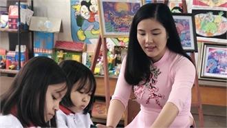 Cô giáo trẻ truyền cảm hứng vẽ tranh cho học sinh
