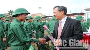 Phó Chủ tịch Thường trực HĐND tỉnh Bùi Văn Hạnh dự giao quân tại huyện Sơn Động