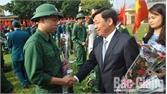 Đồng chí Dương Văn Thái, Phó Chủ tịch UBND tỉnh động viên tân binh TP Bắc Giang lên đường nhập ngũ