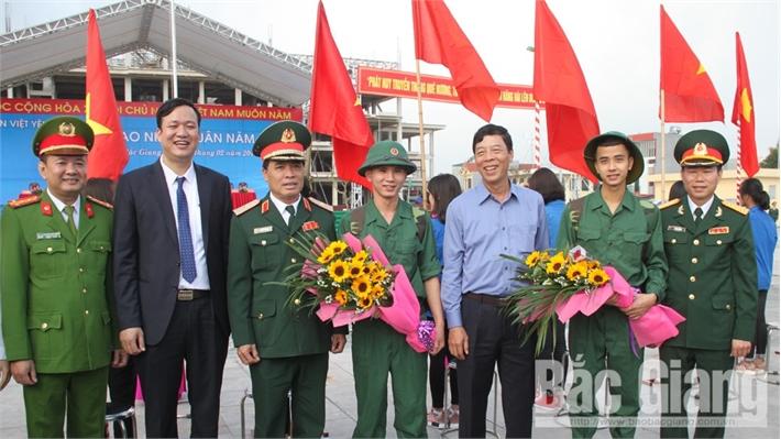 Bí thư Tỉnh ủy Bùi Văn Hải động viên tân binh huyện Việt Yên nhập ngũ